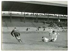 Stade de gerland Lyon match de foot gardien de but en action football 1950
