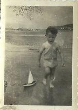 PHOTO ANCIENNE - VINTAGE SNAPSHOT - ENFANT VOILIER DE BASSIN JOUET MER PLAGE