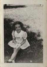 PHOTO ANCIENNE - VINTAGE SNAPSHOT -ENFANT FILLE MODE SOURIRE GANTS -GIRL FASHION