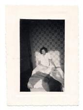 PHOTO Femme Réveil Jeu de lumière Ombre du photographe Lit Chemise nuit 1949