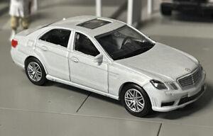 1:64 Mercedes-Benz E63 AMG White Color Die Cast Metal Car Model RMZ City 7,5 cm