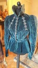 Superbe veste velours légèrement matelassée et rebrodée de strass  1850 - 1880