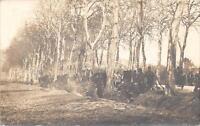CPA GUERRE CARTE PHOTO TRANCHEE OU AVANCEE DE POILUS PENDANT LA GUERRE 1914