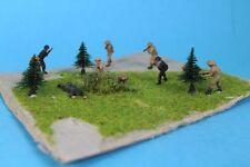 Schlachtfeld - 9  Spielzeug Soldaten + Zubehör - geklebt auf Pappe   /S35
