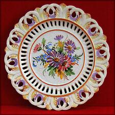 Assiette décorative en faïence craquelée ajourée, thématique florale