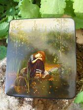 Ancienne boite Russe peinte décor femme pensante au bord de l'eau, signé à voir