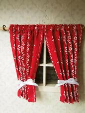 winziges,2-teilges Rot-weißes GARDINCHEN(9cm lang) f.Puppenstube,1:18,1:16,1:12