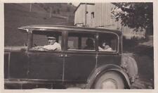 PHOTOGRAPHIE ANCIENNE HOMME A CASQUETTE DANS UNE VIEILLE AUTOMOBILE