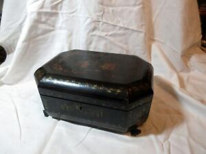 AN ANTIQUE CHINESE LACQUER WOODEN BOX