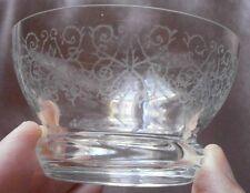 """8 verres à sorbet / dessert en verre gravé d'une frise de motifs """" arabesques """""""
