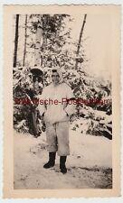 (F10140) Orig. Foto junger Mann (Soldat) in Winterkleidung, Winterwald vor 1945