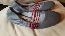 TSUBO HONNOR RUCHED BALLET FLATS SIZE 8, GRAY w/MAROON RED STRAPS NEW