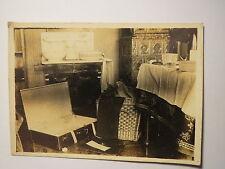 Küche - Zimmer mit Herd Ofen Tisch - offener Koffer  / Foto