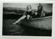 PHOTO ANCIENNE - VINTAGE SNAPSHOT - FEMME PIN UP SEXY MAILLOT BAIN BARQUE JAMBES