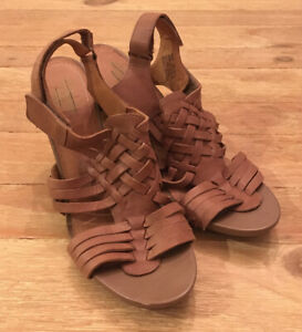 """CLARKS INDIGO """"Rosa Central"""" Taupe Woven Leather Sandals Heels Womens Size 10M"""