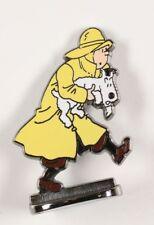 Figurine métal Tintin Tintin en imperméable sauve Milou (bas relief)