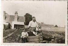 PHOTO ANCIENNE - VINTAGE SNAPSHOT - JARDIN BROUETTE FAMILLE DRÔLE - GARDEN FUNNY