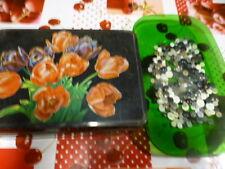 boite à bouton  tulipes +grand lot de boutons ,noirs ,gris ,blancs
