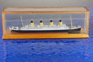 Titanic in Vitrine  Hersteller Carat 60 ,1:1250 Schiffsmodell