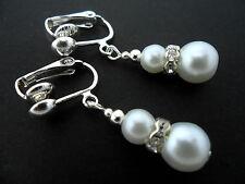 Un paio di brevi DANGLY bianco perla vetro placcato argento clip SU ORECCHINI.