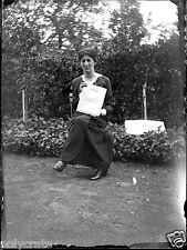 Jeune femme assise avec journal - ancien négatif verre photo - an. 1910 1920
