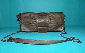 sac pochette BERENICE en cuir marron bronze porté main ou épaule