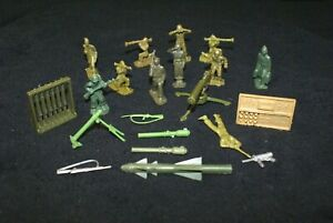 VINTAGE MARX BATTLEGROUND AND MILITARY TRAINING CENTER ACCESSORIES AND SOLDIERS