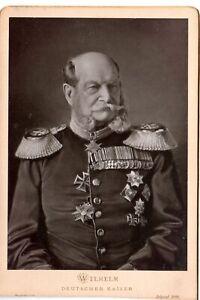 Kaiser Wilhelm in Uniform mit zahlreichen Auszeichnungen, Foto auf Pappe (1888)