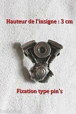 Insigne représentant un moteur de moto en V (100% étain-Fixation type pin's)