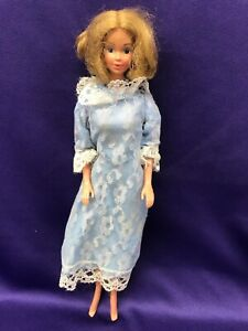 BARBIE DOLL, BELOW THE KNEE DRESS WITH WHITE LACE ON EDGES. MATTEL 66. (BDC226).