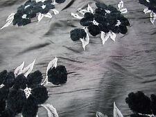 1,80 m Deko Stoff Taft schimmernd Grau mit schw. 3D Blumen Stickerei