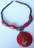 collier bijou ethnique métal couleur or perle bois rouge marron cabochon C5