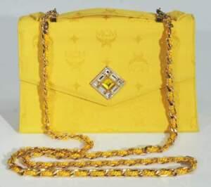 MCM Abendtasche mit Umschlagklappe. Sonnengelb farbener Satinstoff