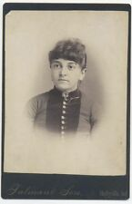 ORNATE COLLAR PIN PORTRAIT OF WOMAN. CABINET CARD. SHELBYVILLE, IND.
