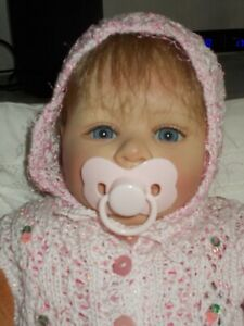 Ein süsses Baby von Laura Tuzio Ross mit Zertifikat und original Kleidung
