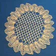 Un joli napperon rond en fil de lin ancien, très fin