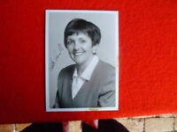 1ST LIBERIAL FEMALE CHIEF MINISTER KATE CARNELL HANDSIGNED  B&W PHOTO 7X5