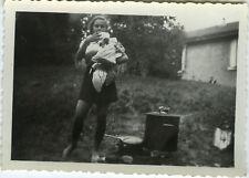 PHOTO ANCIENNE - VINTAGE SNAPSHOT - ENFANT LESSIVE CUISINE EXTÉRIEUR - WASHING 1