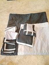 queen size comforter set. 2 pillows, 2pillow cases, 2 sham covers. Down Alternat
