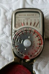 A VINTAGE SANGAMO WESTON MASTER V UNIVERSAL  EXPOSURE METER IN LEATHER CASE