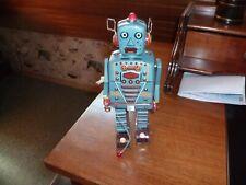 ancien jouet robot démineur en fer se remonte à clefs