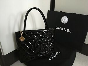 CHANEL QUILTED BLACK PATENT LEATHER GOLD HARDWARE MEDALLION TOTE BAG -ID 7676544