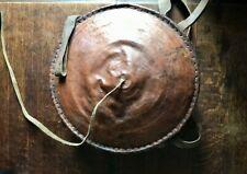 Ancien panier à pain éthiopien cuir et paille tressée art africain