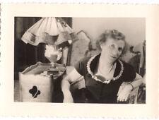 Femme assise fauteuil salon - photo ancienne amateur an. 1940 50