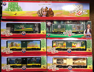 (1) LOT OF O SCALE LIONEL WIZARD OF OZ TRAINS ENGINE BOX CARS CABOOSE (7) TRAINS