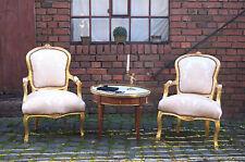 Fauteuil en bois doré à la feuille d'or tissues damas beige d'un château à Bx.