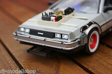 DE LOREAN BACK TO THE FUTURE TEIL 3 MIT LED BELEUCHTUNG(XENON)IN 1:24  DELOREAN