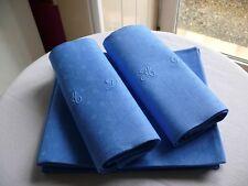 Ancienne serviette damassée teintée monogramme AD ourlets mains couleur bleue