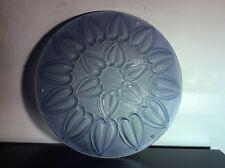 Vasque en verre moulé coloré bleu à décor floral de fleur de lotus Art Déco