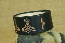 Wikinger Armband Leder schwarz Thorhammer mit Rune geprägt verstellbar B 3cm